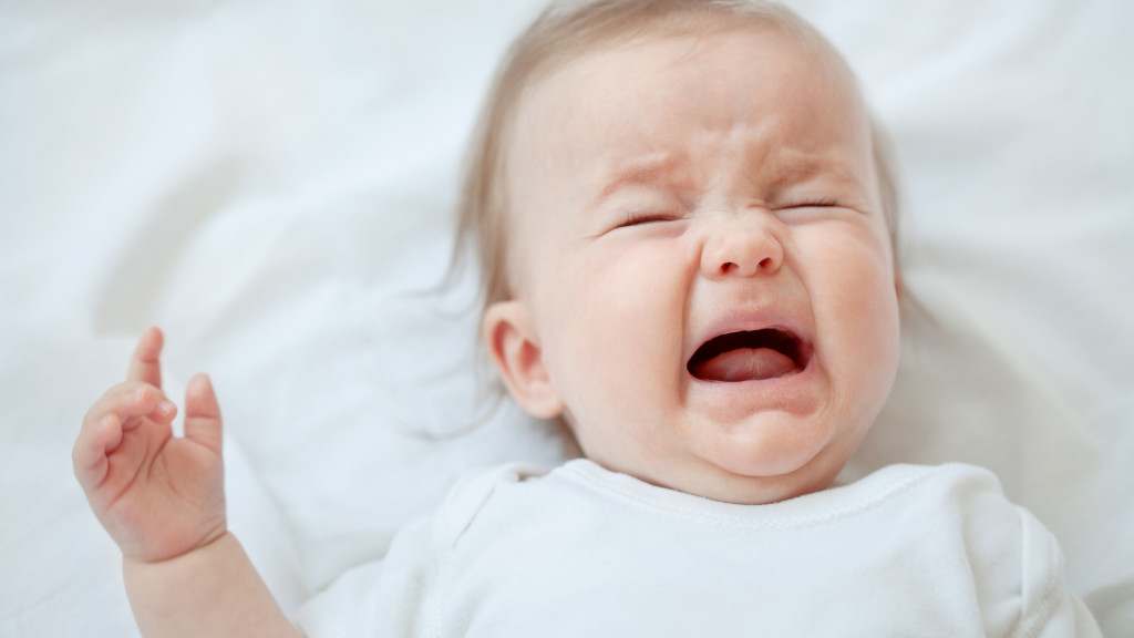 ребенок плачит