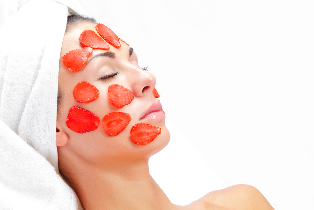 Лучшие рецепты домашних масок из клубники от морщин для жирной и сухой кожи лица. Чем полезна клубника для волос?