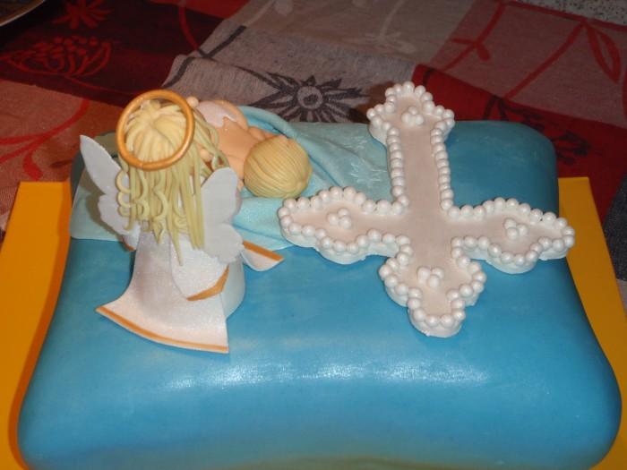 Вот такой интересный торт на крестины с ангелочком, который пришёл к ребёнку