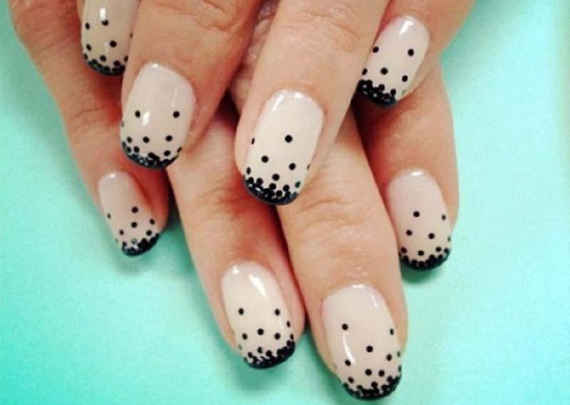 Дизайн коротких ногтей в горох