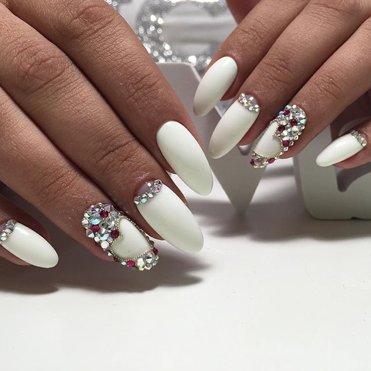 Ногти белые с камушками фото