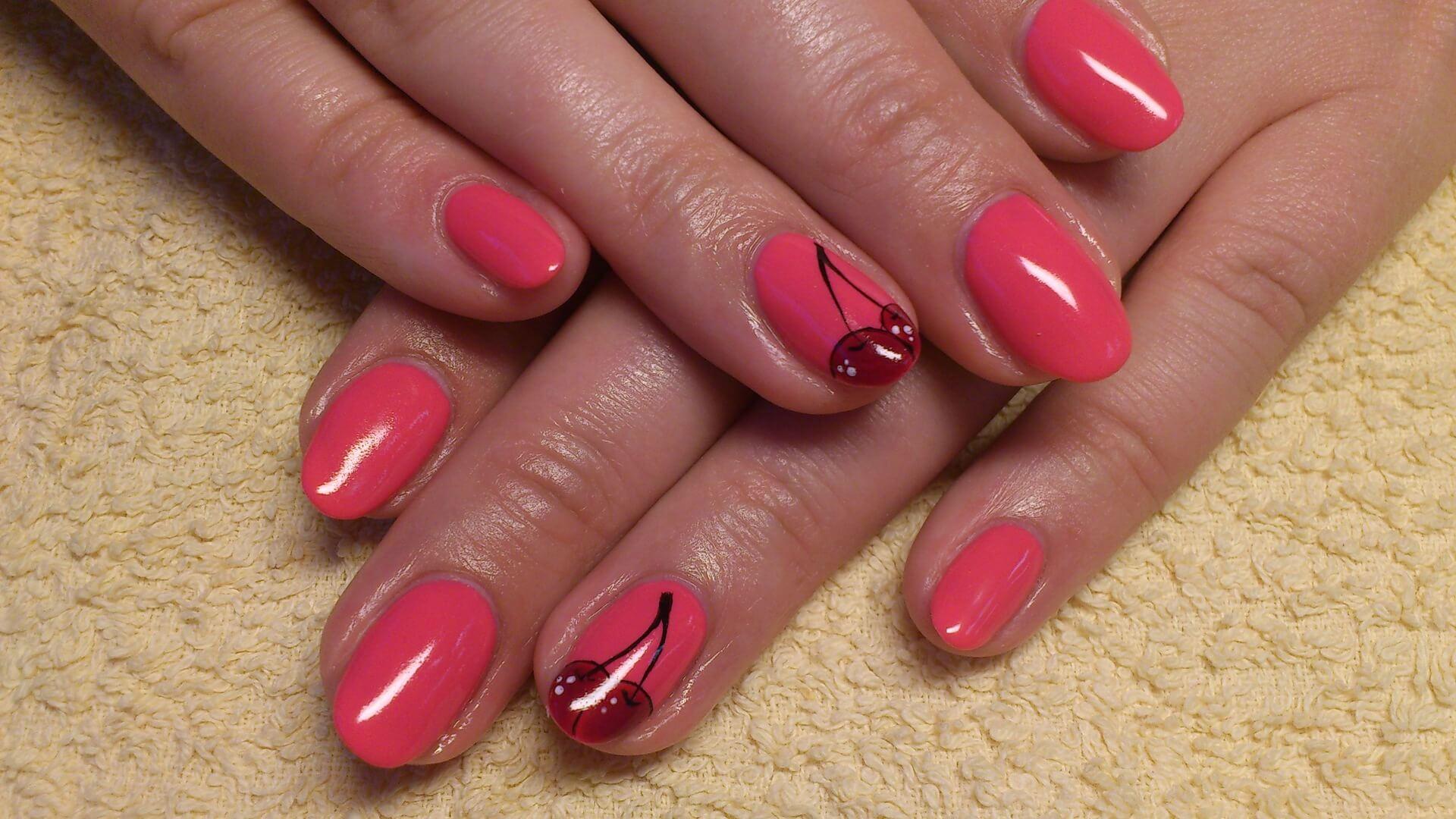 Красивый дизайн лаком ногтей