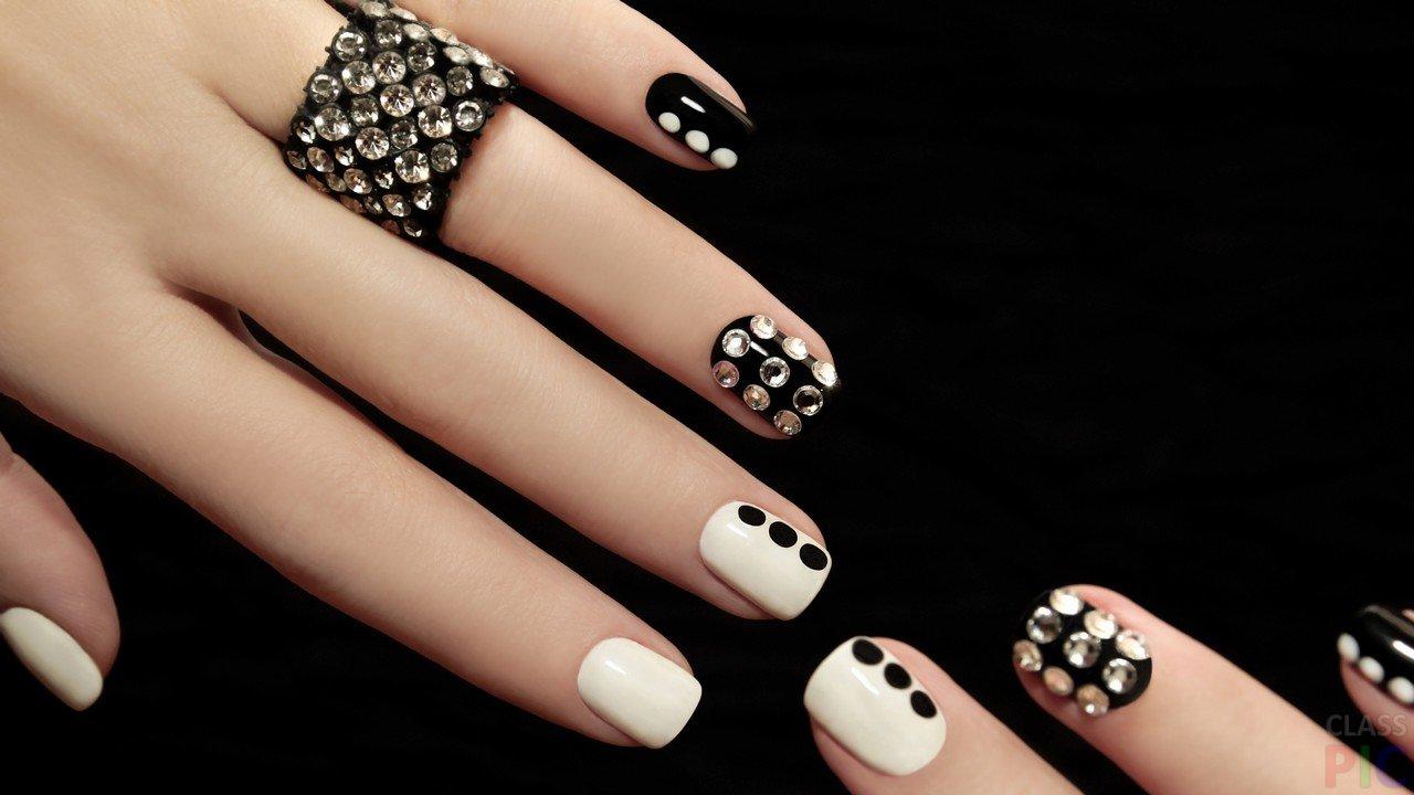 Дизайн ногтей с черным лаком и стразами