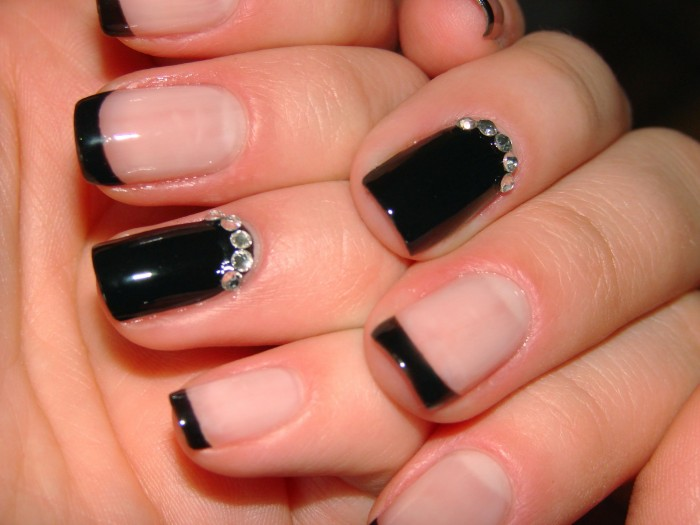 чёрные ногти со стразами фото