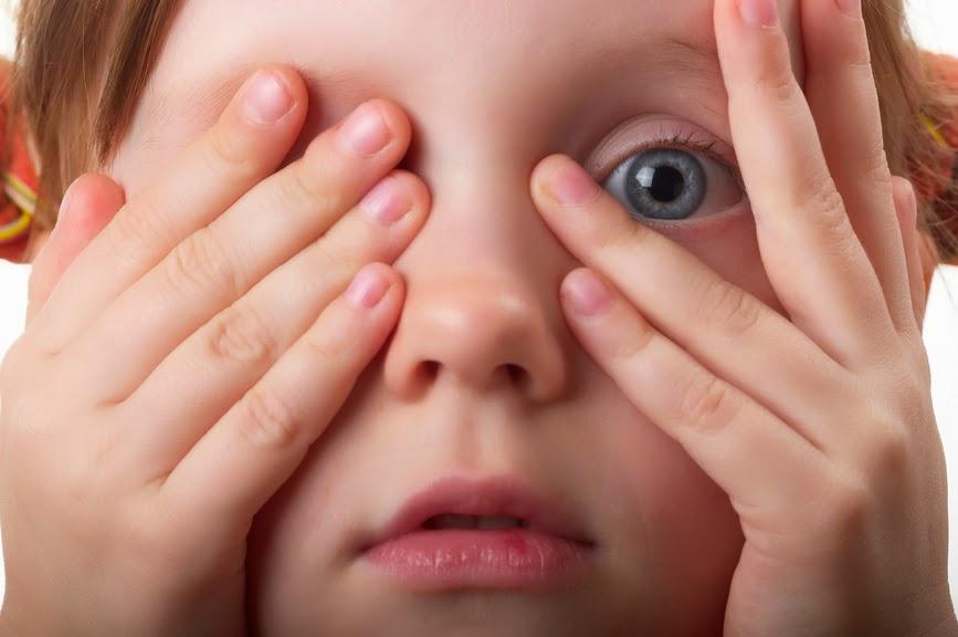 Ребенку больно открывать глаза