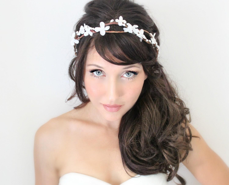Прическа с челкой на средние волосы с цветами