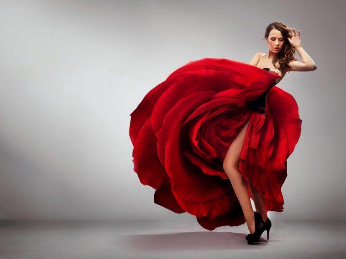 Красное платье красные серьги