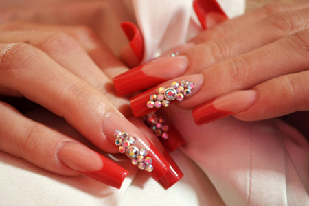 Длинные красные ногти со стразами фото