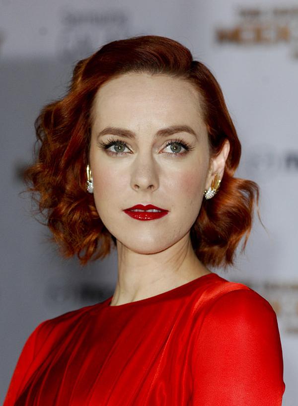 Как смотрятся русые волосы с красным платьем