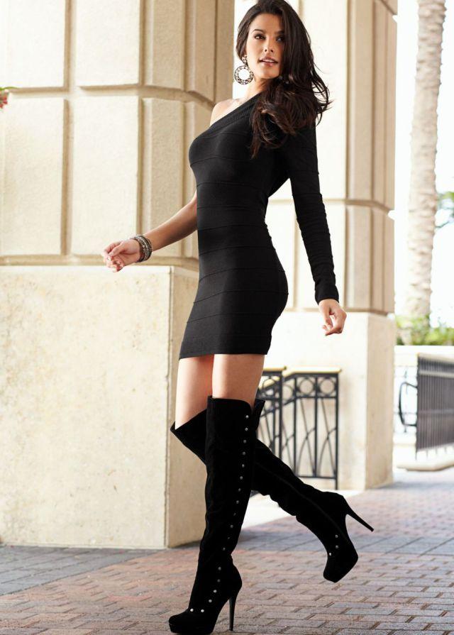 Девушка в облегающем черном платье фото