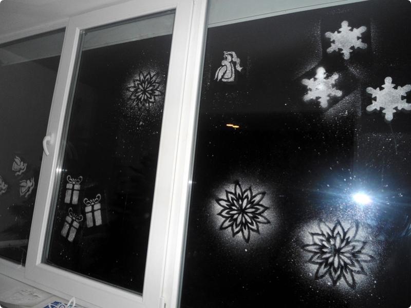 Как сделать снежинку на окне с помощью пасты