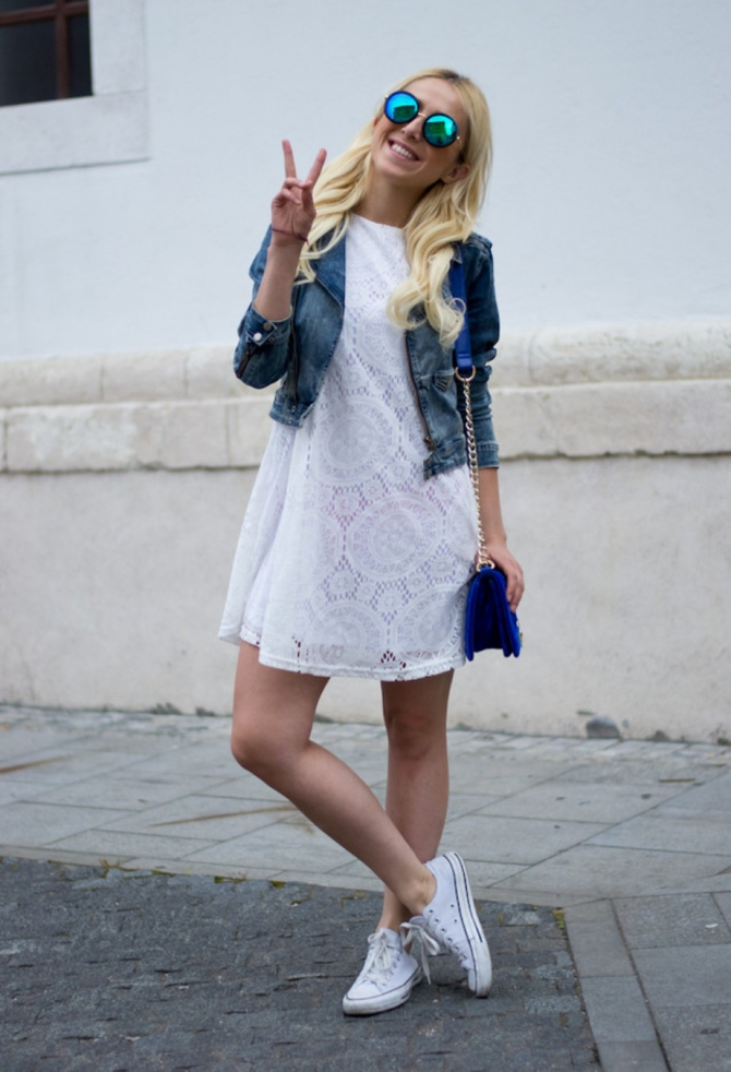 Платья с белыми кедами