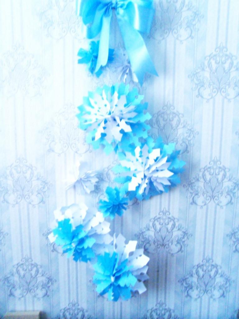 Как сделать гирлянду из бумаги из снежинок