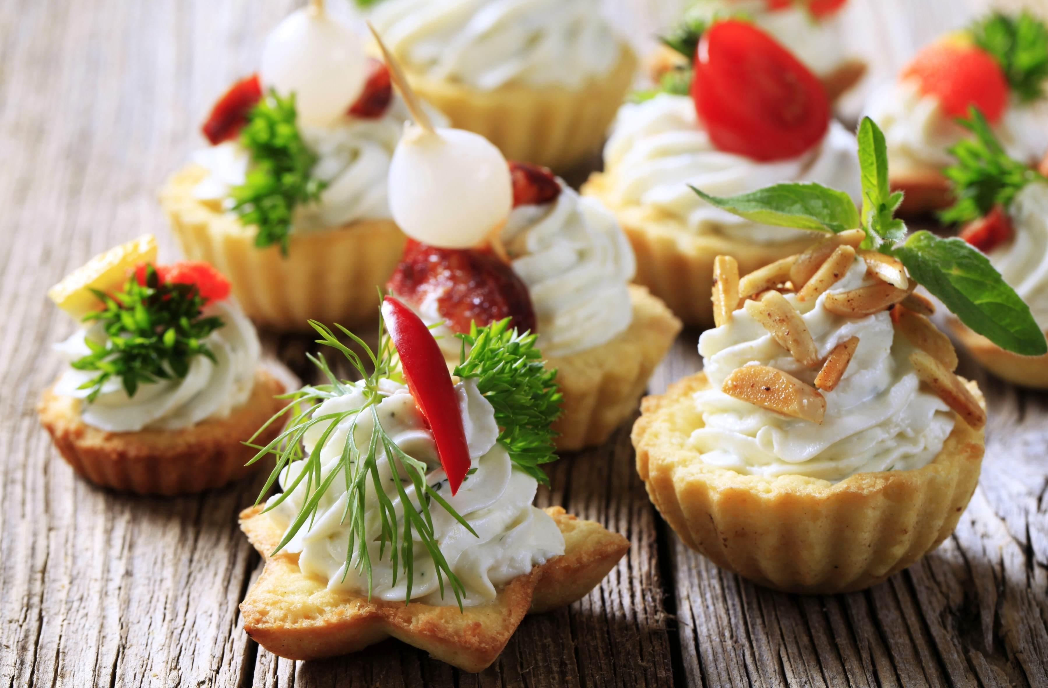 Закусочные корзиночки с сыром и овощами