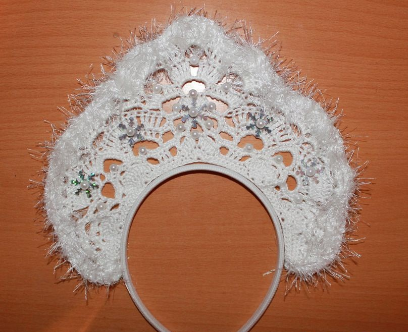 Корона снежинки для девочки на утренник крючком: схема и описание. Как связать крючком корону для костюма снежинки?