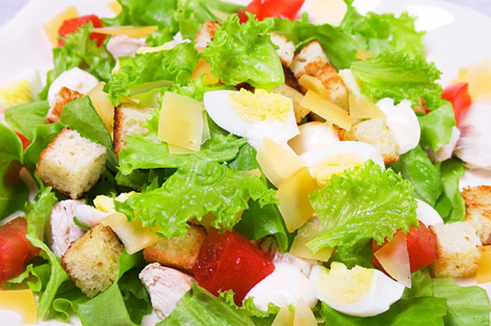 Очень аппетитны салат Цезарь с пекинской капустой