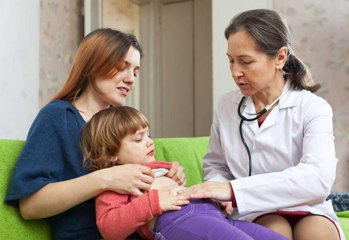 У ребенка болит живот и температура: что делать