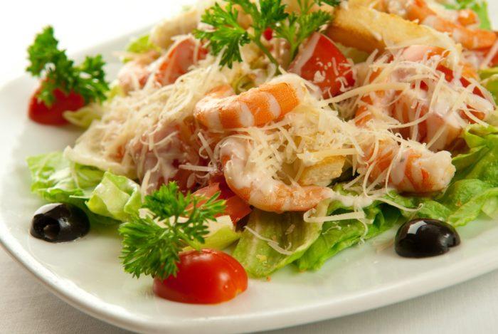 салат цезарь рецепт домашний с колбасой