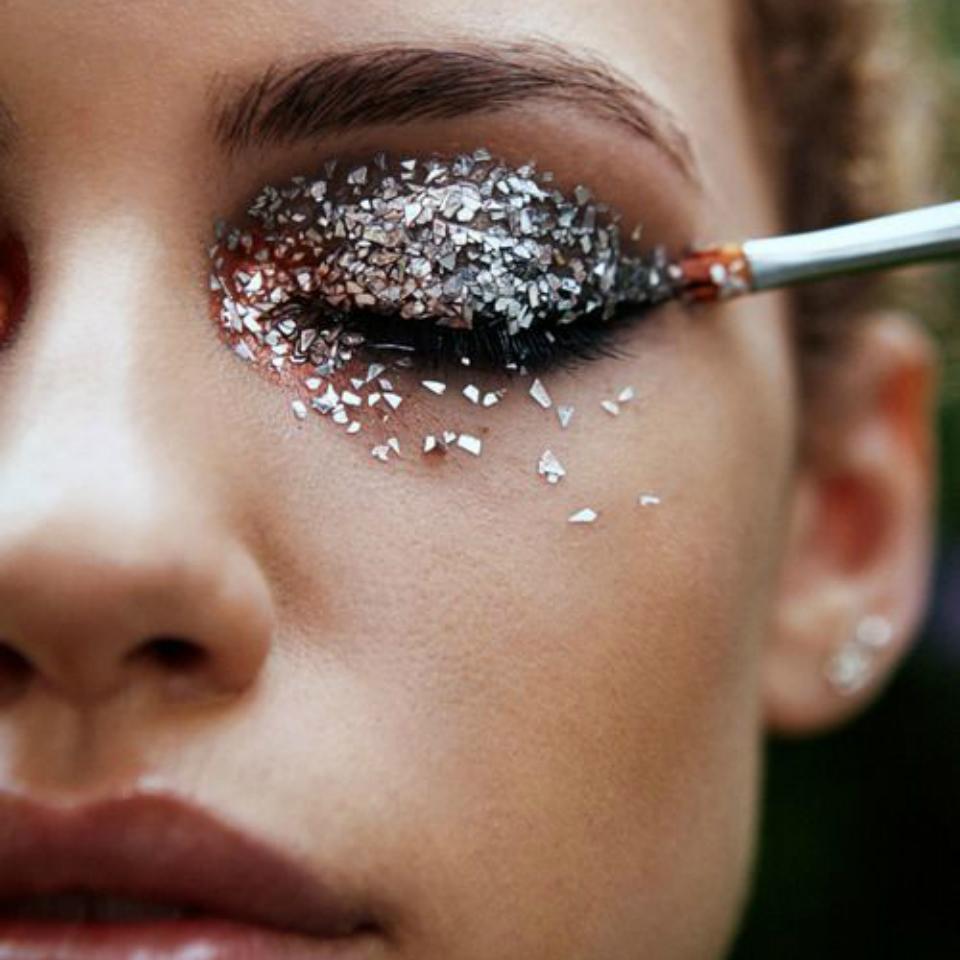 Блестки в макияже для