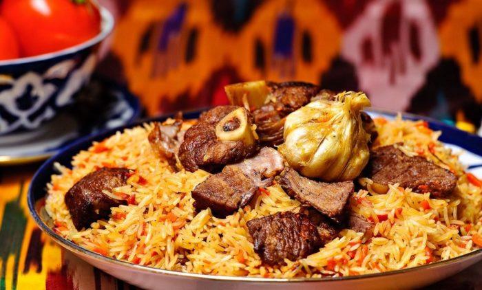 Плов с бараниной - традиционное блюдо на столе в Курбан Байрам.