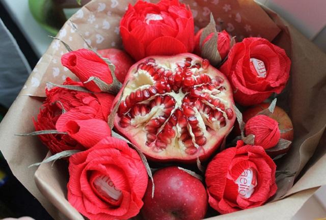 Букет из фруктов и конфет «Рафаэлло»