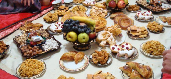 В Курбан Байрам на стол обязательно ставят фрукты и сладости.