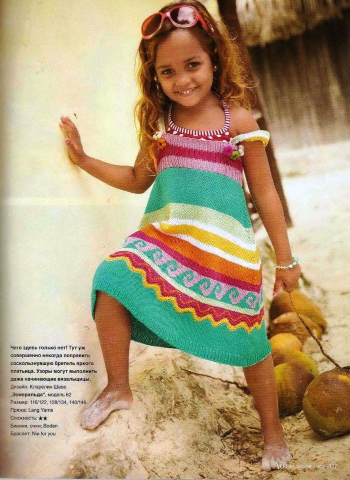 яркий летний сарафан на девочке 4 лет, связанный спицами