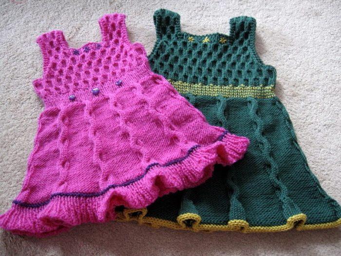 парочка теплых, связанных спицами сарафанов для девочек 2-3 лет