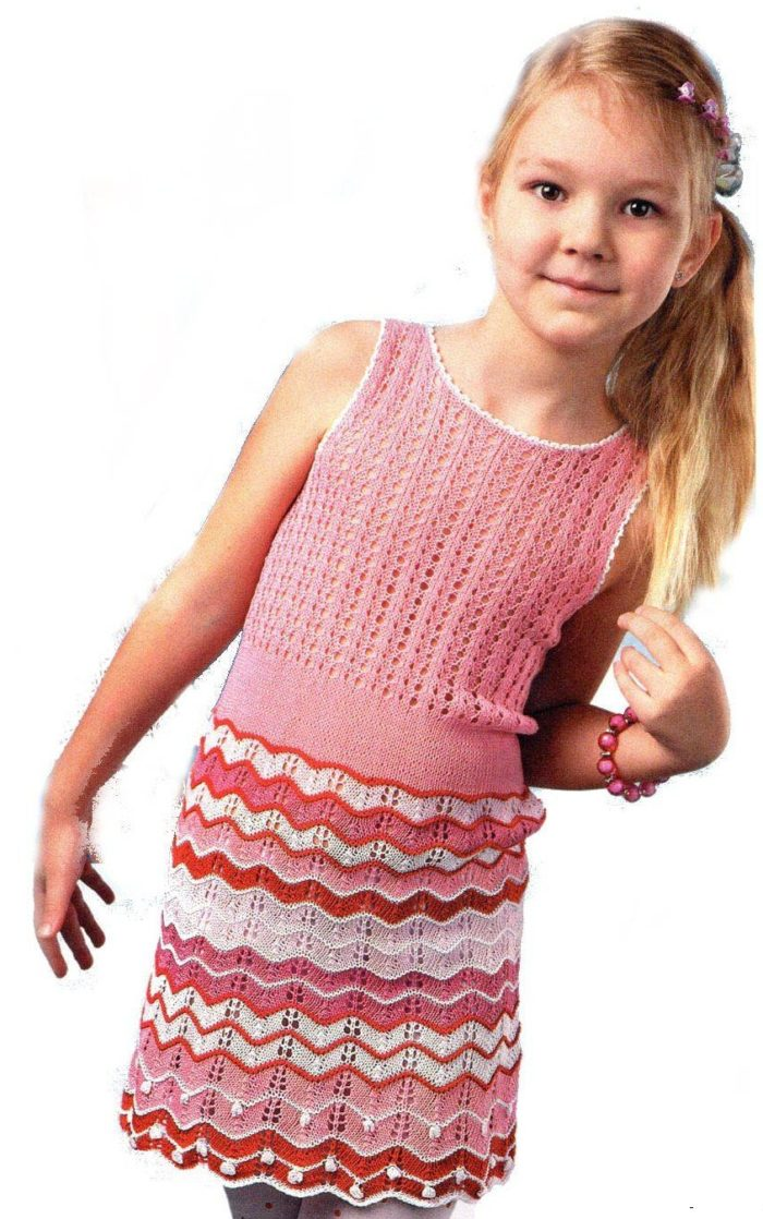 веселый ажурный сарафан, связанный спицами, одет на девочке 5 лет