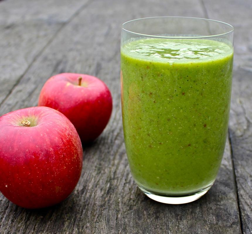 Зеленый смузи с зеленью на завтрак