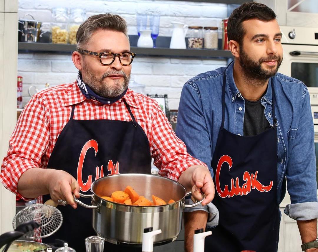 Александр Васильев и Иван Ургант готовят суп из лука-порея
