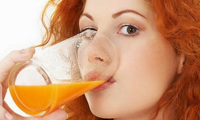 пьет напиток