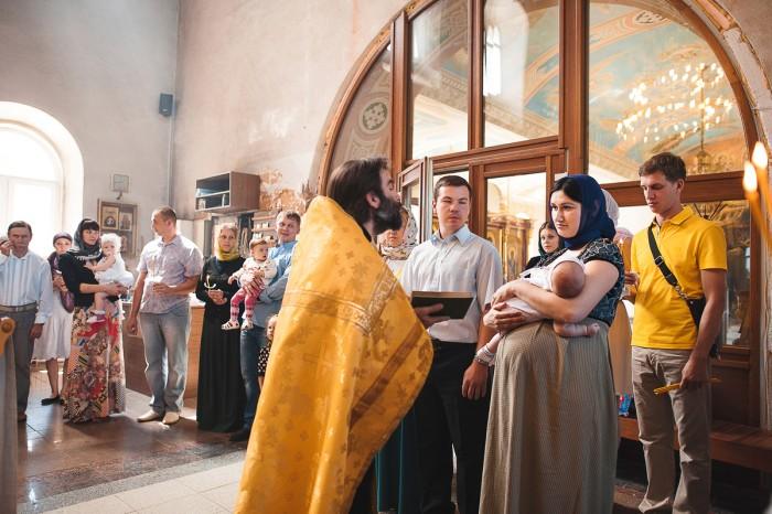 Во время крестин крёстным нужно читать молитву, можно также и остальным присутствующим
