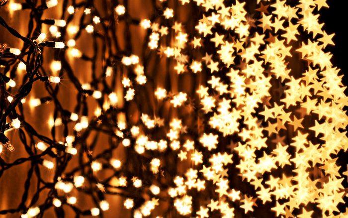 Новогодними гирляндами можно украсить весь дом