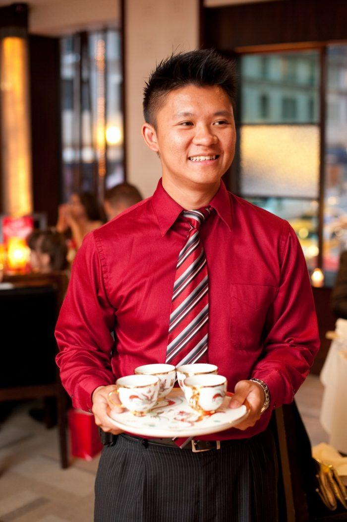 сочетание красной рубашки с полосатым галстуком