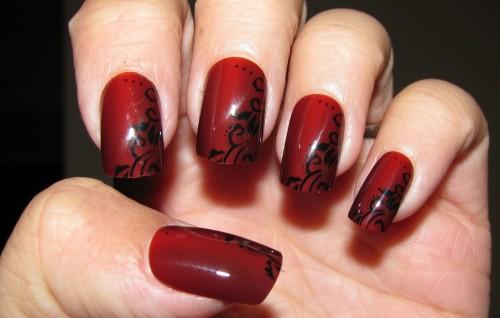 Красный маникюр с черными кружевами