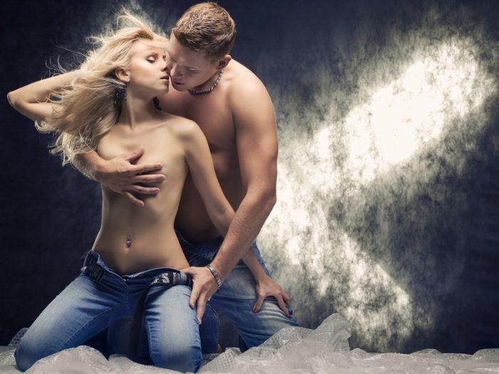 Женщина-Козерог в восторге от прикосновения сильных мужских рук