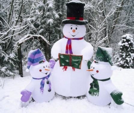 Украсьте двор главными зимними гостями - семьей снеговиков