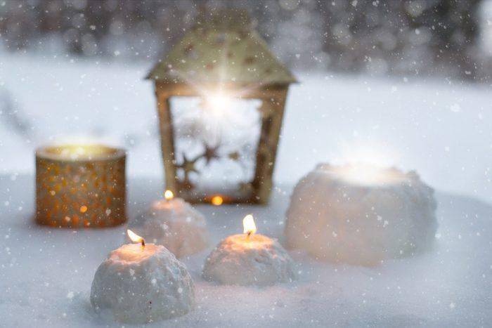 Необычное украшение во дворе - свеча в снегу