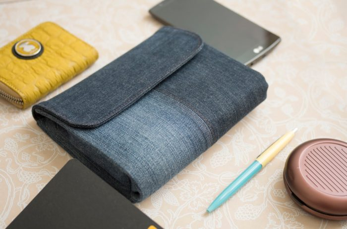 готовый клатч из джинсов лежит на столе