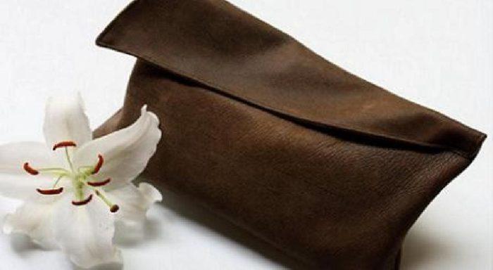 готовый коричневый клатч из кожи