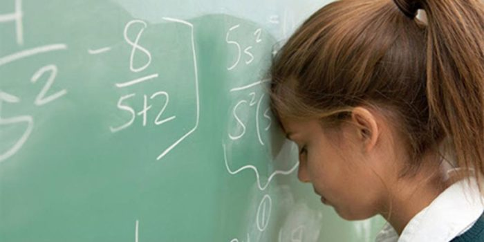 девочка-школьница устала от решения примеров на деление столбиком
