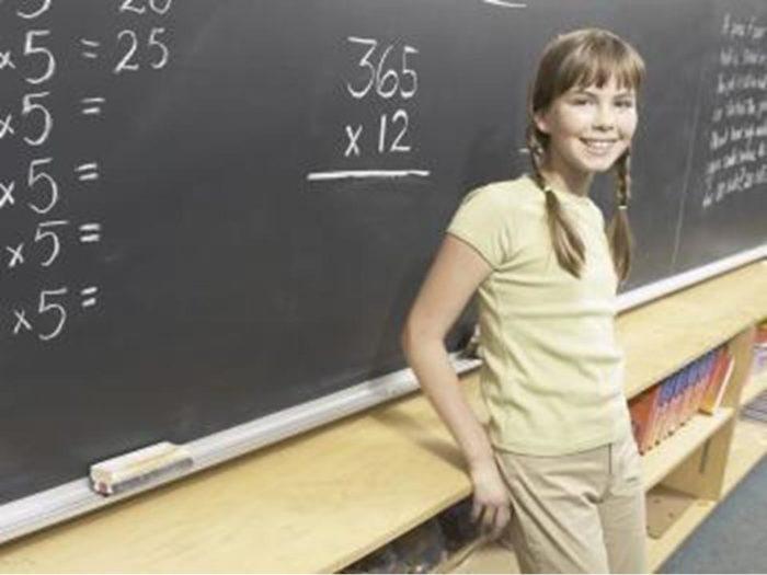 улыбчивая девочка у школьной доски