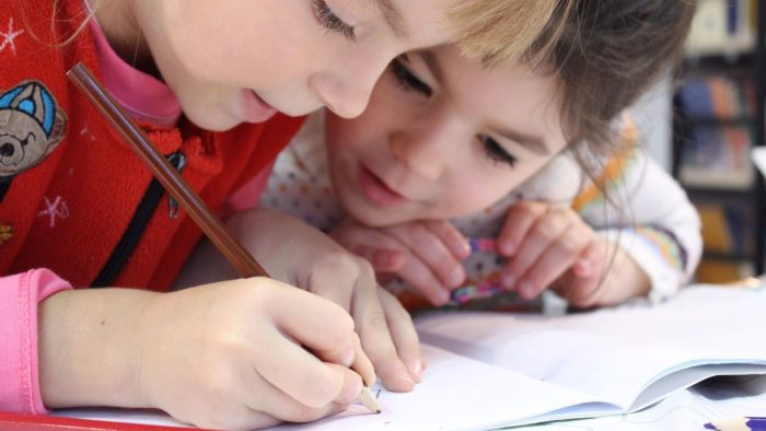дети-школьники тренируются делить числа столбиком
