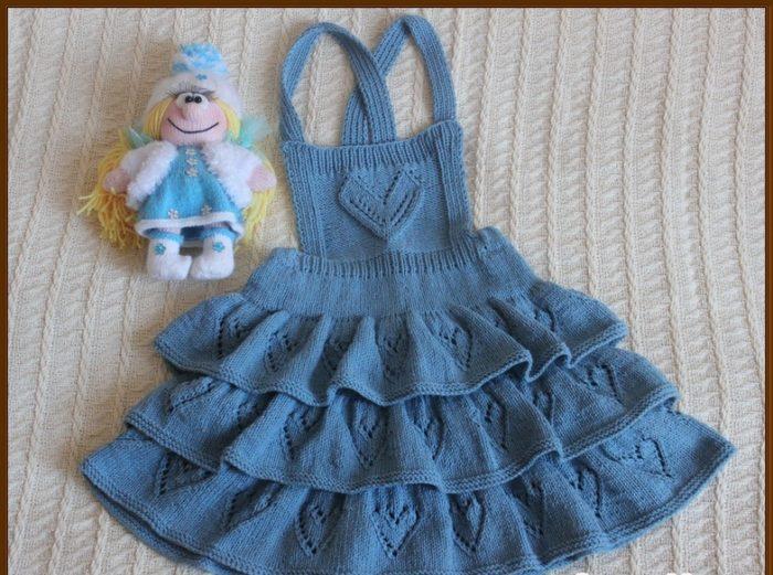 Голубая юбка-сарафан спицами для девочки