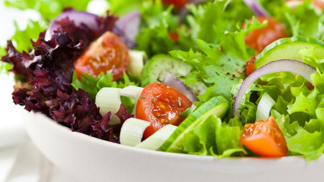 Важно наличие большого количества фруктов и овощей, потому что в них содержася антиоксидансы, продлевающие молодость
