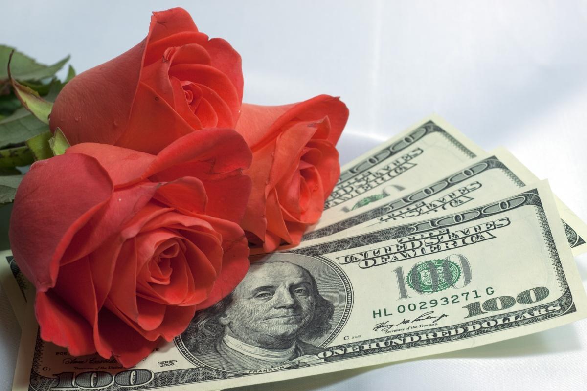 Оберните деньгами стебли цветов