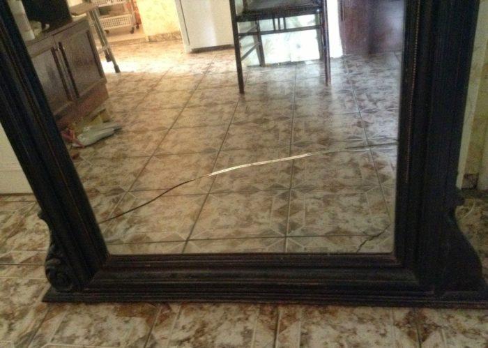 подаренное зеркало в доме дало трещину, фото