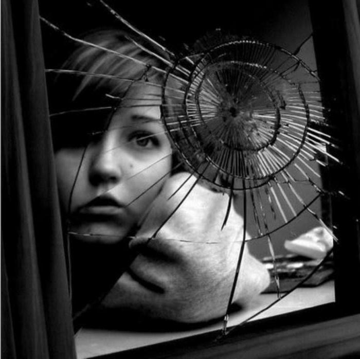 разбитое зеркало и испуганный ребенок отражается в нём