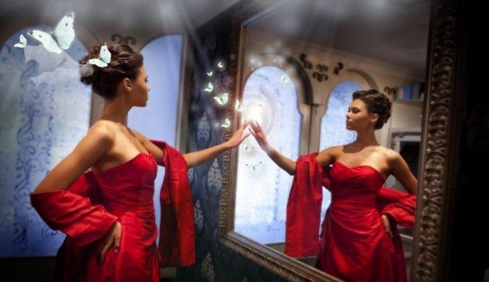 красивая девушка смотриться в зеркало, оставшееся от предыдущих хозяев